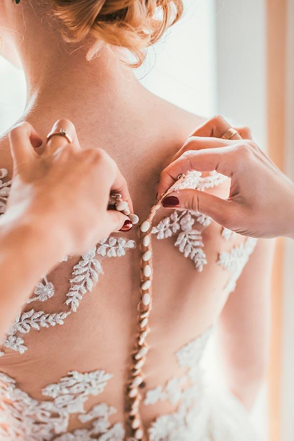 Wedding Anprobe Brautkleid bei Brand-Moden in Leidersbach, Brautmoden und Brautkleider Frankfurt.