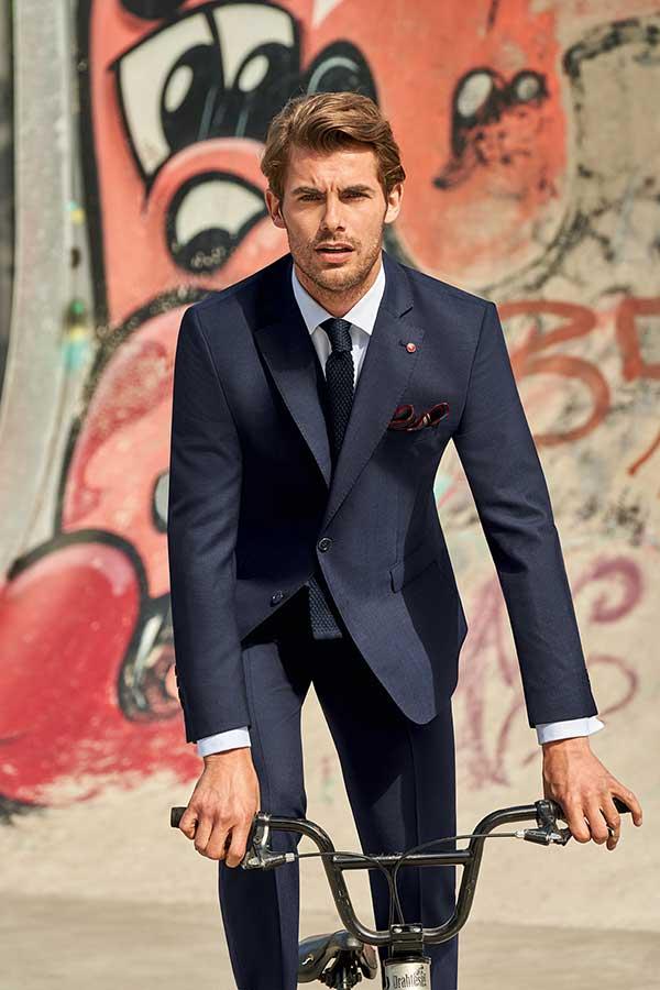 Mann im Business-Outfit von Brand-Moden in Leidersbach auf Fahrrad, Business-Anzüge Frankfurt