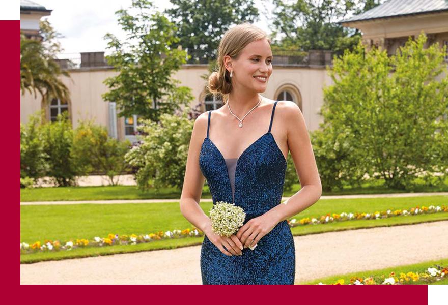 Frau in blauem Abendkleid von KLEEMEIER bei Brand-Moden Leidersbach, festliche Kleider Wiesbaden