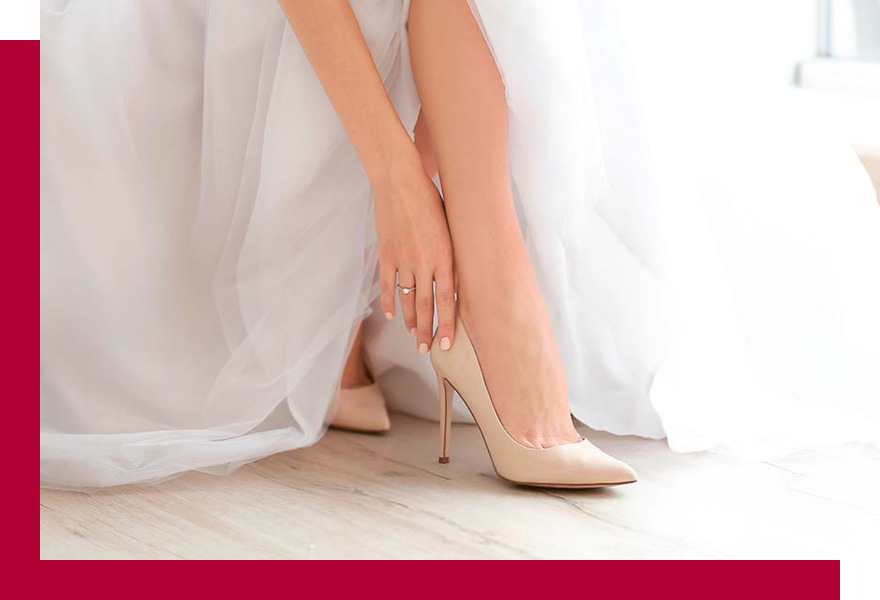 Braut zieht sich Brautschuhe von Brand-Moden Leidersbach an, Brautaccessoires Frankfurt, Aschaffenburg, Darmstadt