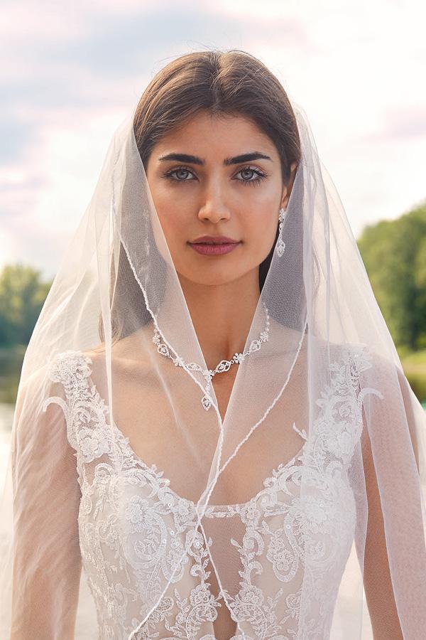 Braut im Hochzeitskleid mit Schmuck und Schleier von Kleemeier, Brand-Moden Leidersbach, Brautaccessoires Frankfurt