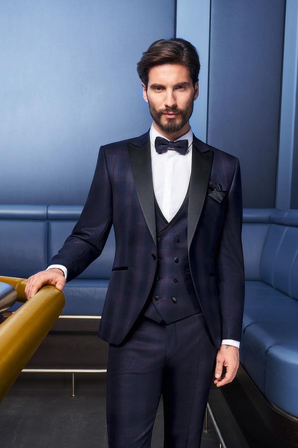 Mann in blauem Hochzeitsanzug und Weste von Brand-Moden Leidersbach, Anzüge Frankfurt